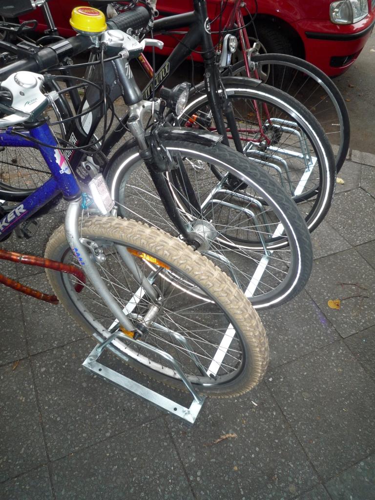 neuer Fahrradständer vor dem Geschäft
