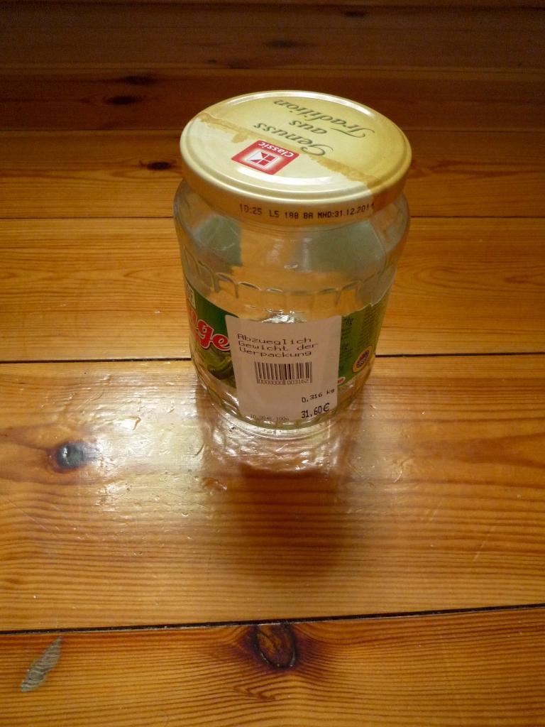 abgewogenes und etikettiertes Gurkenglas