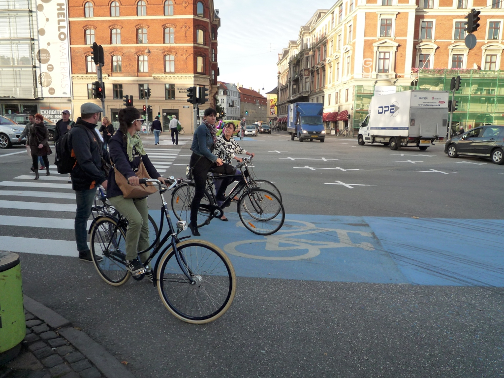 Bild einer Kreuzung mit Fahrradweg
