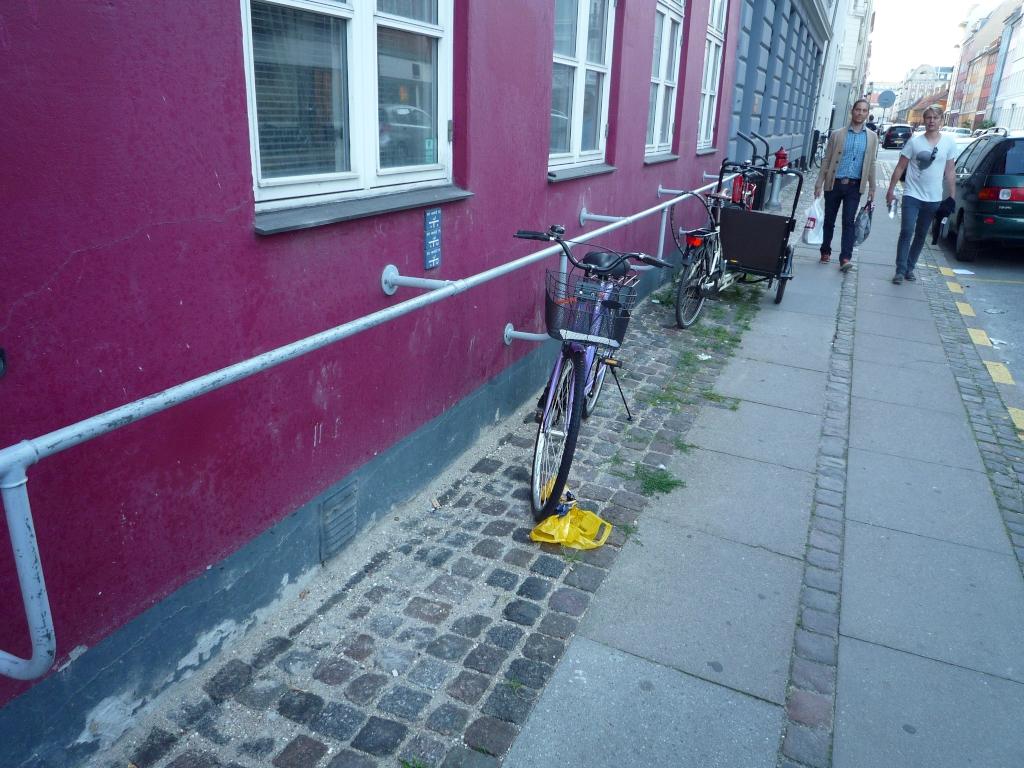 Anschliessstange an Haus für Fahrräder